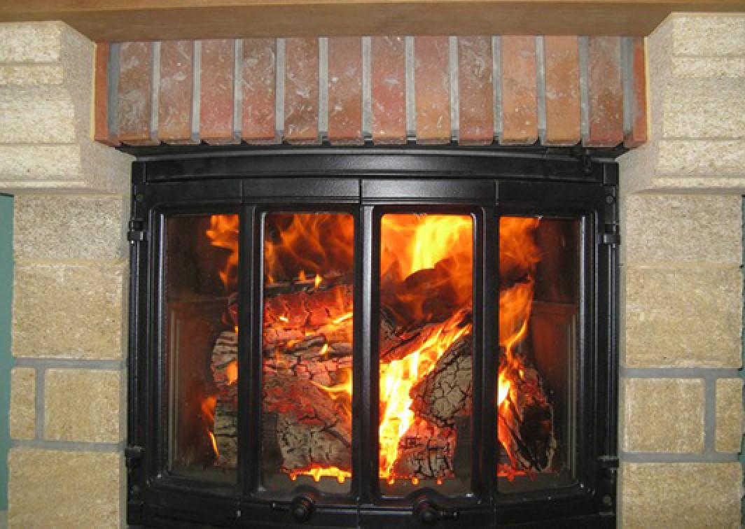 Как правильно топить камин дровами
